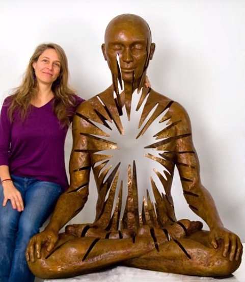 Australská umělkyně, která dělá děravé sochy meditujícího Buddhy.