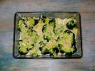 Uvařenou brokolici smíchejte se směsí šlehačky, sýru a česneku.