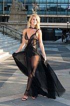 ... v nádherných průsvitných šatech byla hvězdou přehlídky Versace.