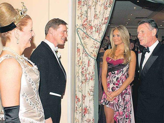 Mezi šlechtice zavítala i Miss World 2006 Taťána Kuchařová. Přišla v doprovodu britského komika Michaela Palina. Oba na plese v Puppu uvítali princ a princezna von Preussen.