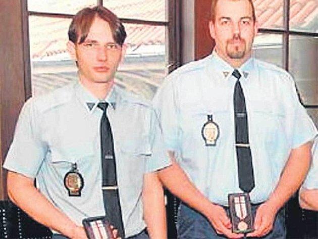 Arnošt Vraný (vlevo) a Michal Žilka (vpravo) dělají policii čest. Právem byli za svou odvahu odměněni.
