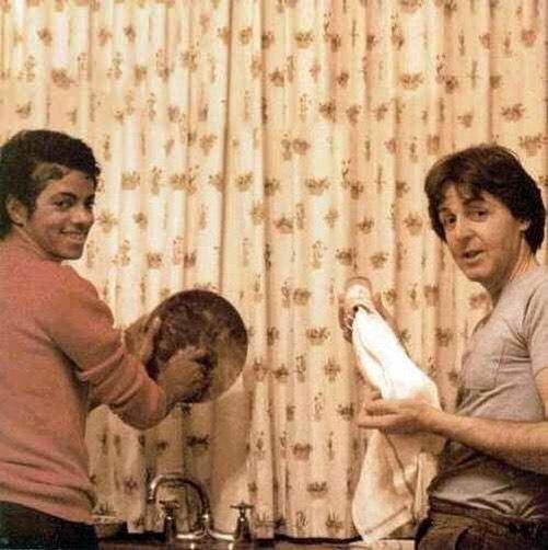 Michael Jackson a Paul McCartney myjí nádobí, 1982.