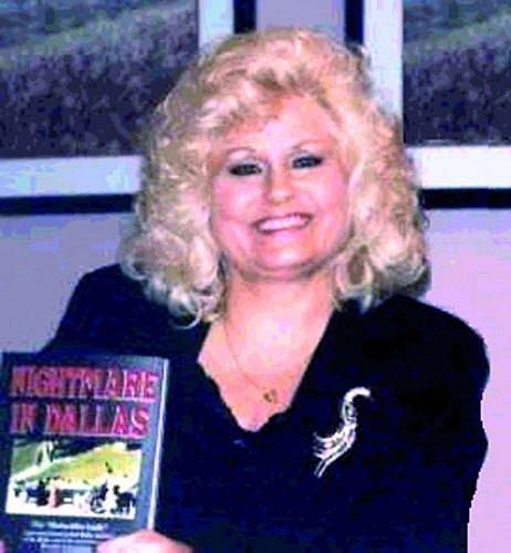 Beverly Oliver se svými paměťmi, vnichž tvrdí, že ona je Babushka lady.