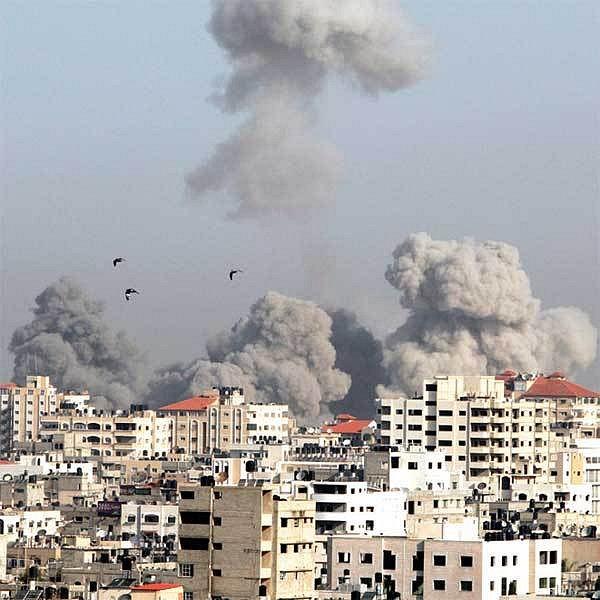 Zkázu a smrt připomínala po izraelském leteckém útoku na Gazu oblaka kouře.