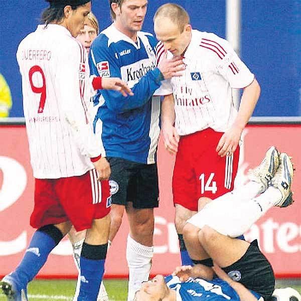 Jarolím (vpravo) má ještě rudá kola před očima, na zemi kvičí jeho oběť Schuler.