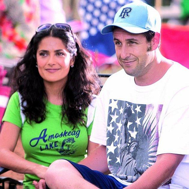 Sandler si napsal scénář na míru, po boku má krásnou Salmu Hayek!
