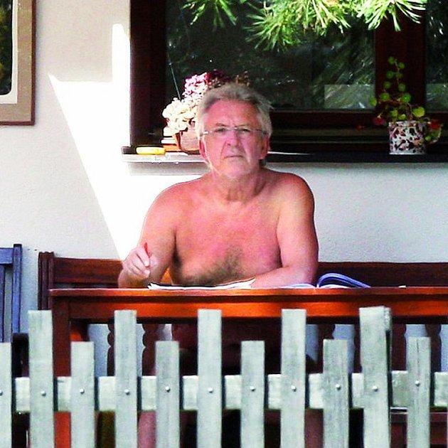 Jaromír Hanzlík prožívá na chalupě svou pozdně letní idylu.