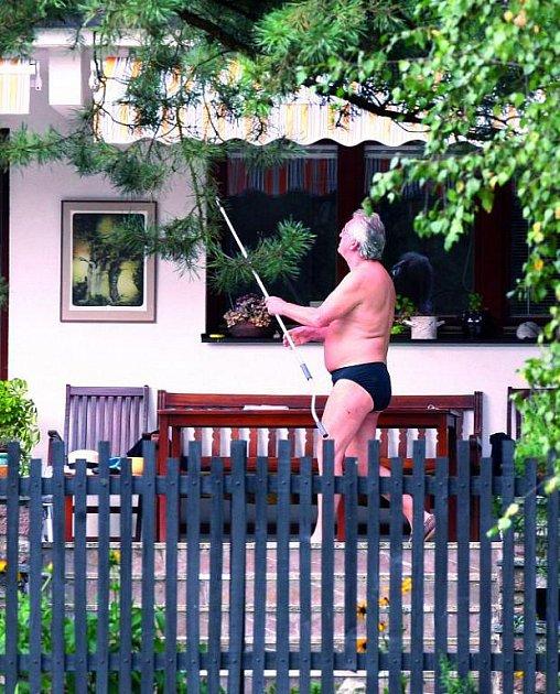 Soblečením si Jaromír na chalupě hlavu neláme. Přesto, že na něj vidí sousedé, spokojí se jen smalými černými plavkami.