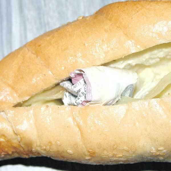 Když padělatele skřípla policie, snažili se falešné peníze schovat do rohlíku se sýrem.