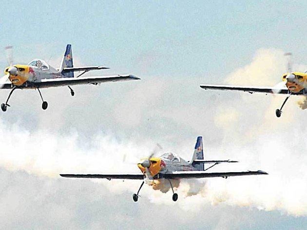 Na Zlínech 50 se předvedla akrobatická skupina.