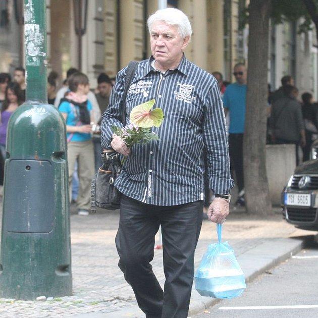 Jiří Krampol stojí neochvějně při své ženě.