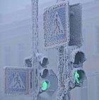 VOjmjakonu panuje  tuhý mráz, přesto je tam takový provoz, že dopravu musí řídit semafory.