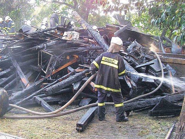 Zapálená stodola v Horním Benešově je letos prvním požárem na Bruntálsku, který zavinil úder blesku.