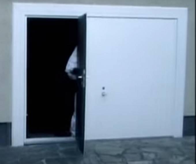 Dlouhých osm let byla vězněna v podzemní místnosti o rozměrech 2,8×1,8×2,4metru umístěné pod garáží Priklopilova domu.