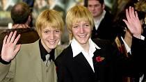 Bratři měli kvůli roli obarvené vlasy, jinak mají oba hnědou barvu.