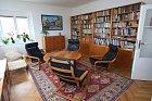 Obývacímu pokoji vévodí zrestaurovaný nábytek.