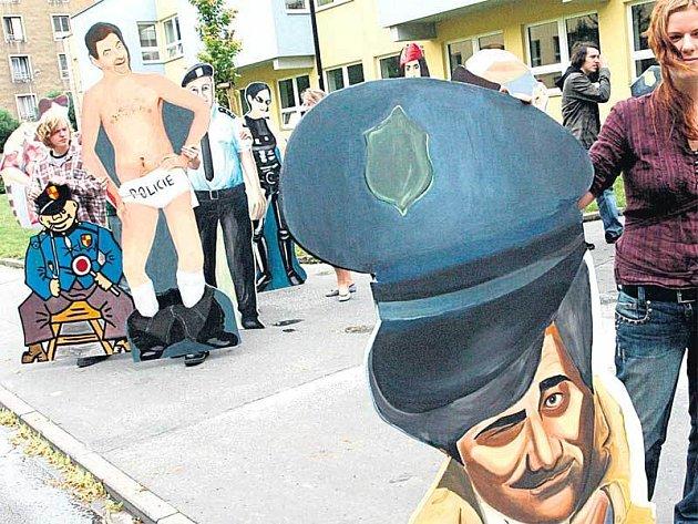 """Figuríny Columba, Mr. Beana, Švejka a dalších """"celebrit"""", by měly brzy zkrášlit ostravské silnice."""
