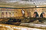 Zdobení na zdi v pohřební komoře.