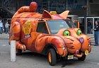 A něco pro milovníky koček. Je pravděpodobné, že je to pouze reklamní auto. Na druhou stranu... proč by se s ním nemohlo jezdit třeba na festivaly. Anebo cestovat na představení muzikálu Cats.