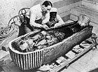 Howard Carter zkoumá Tutanchamonovo tělo.