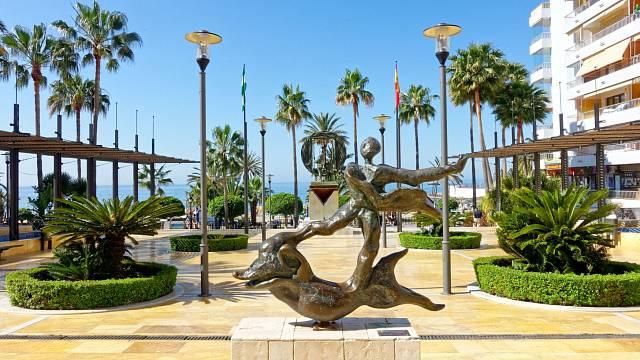 Jedna zdeseti soch Salvadora Dalího na bulváru Avenida del Mar.