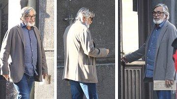 Herec Jiří Bartoška při procházce se svým pejskem.