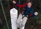 """Poznali byste Billa Gatese? Je to snímek z roku 1994, kdy představil první CD-Rom: """"toto CD dokáže nést víc informací, než všechny papíry pode mnou"""". Byla to několik metrů vysoká hromada papírů formátu A4. Dnešní telefony svou pamětí předčí 300 CD."""