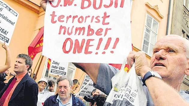 Před ministerstvem zahraničí na Loretánském náměstí v Praze se sešla asi stovka odpůrců radaru a amerického prezidenta George Bushe.