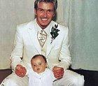 První narozený je Brooklyn v roce 1999. Pozorně si prohlédněte, jak přes téměř dvaceti lety vypadal jeho táta David. Tedy kromě toho nevkusného obleku a šíleného účesu.