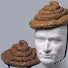 Čepice ve tvaru exkrementu.