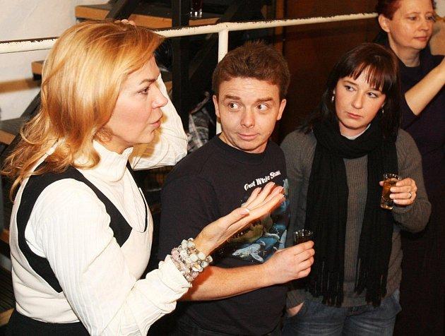Rád se vidí se svými hereckými kolegy.