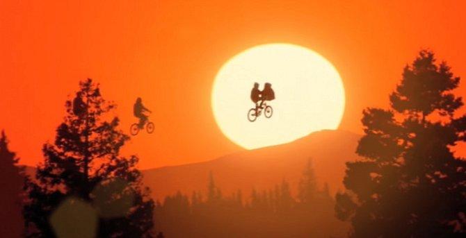 Spielberg film natočil v pětatřiceti letech a dodneška ho považuje za svůj splněný sen. K dvacátým narozeninám dal svému milovanému filmu dárek a zdigitalizoval ho. Proběhly drobné změny a E. T. dostal nový digitální kabátek.