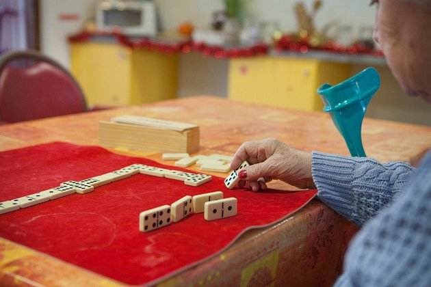 Alzheimerova choroba se nedá léčit, její příznaky se ale dají zmírnit.