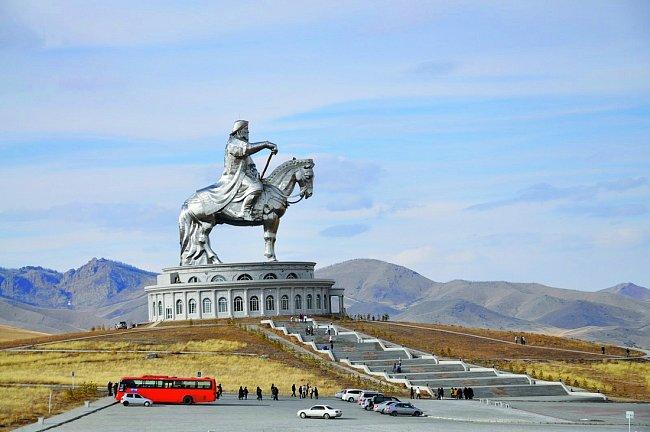 Čingischán je vMongolsku modla. V roce 2008 mu tam postavili obří jezdeckou sochu. Na výšku měří 40 metrů. Hrob slavného válečníka tam ale není.