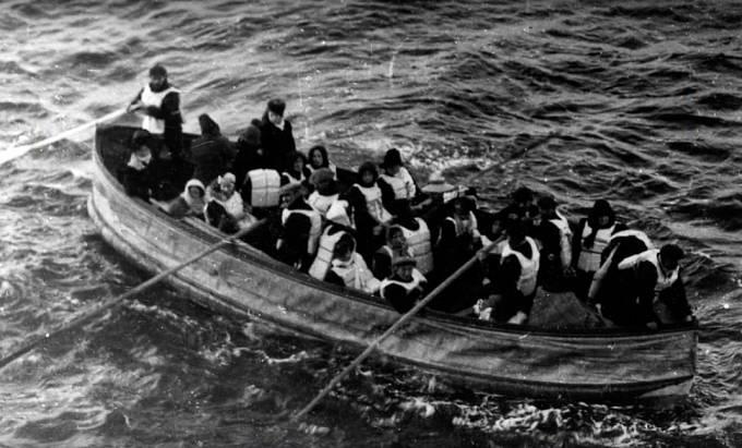 Plně naložený záchranný člun.