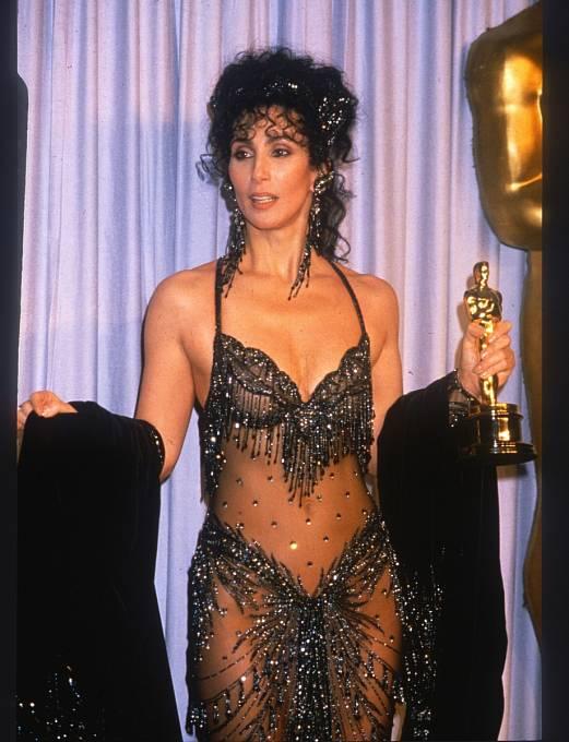 41 let: Oscara zafilm Pod vlivem úplňku přebírala vdost odvážné róbě.