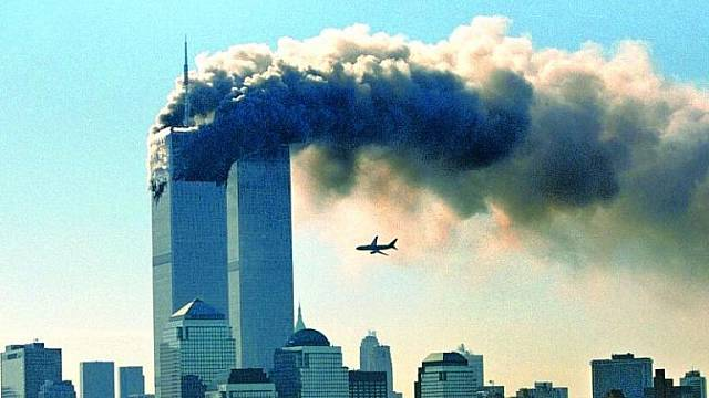 Unesený Boeing 767 se blýží k  jižní věži Dvojčat. Severní je již 16 minut v plamenech