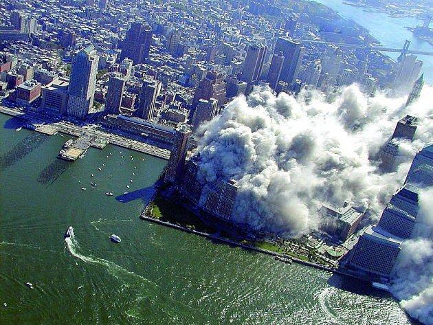 Po zhřícení Dvojačet zahalil celý Manhattan obrovský oblak prachu.