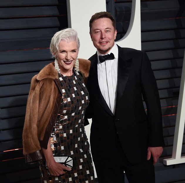 Elon Musk smaminkou.