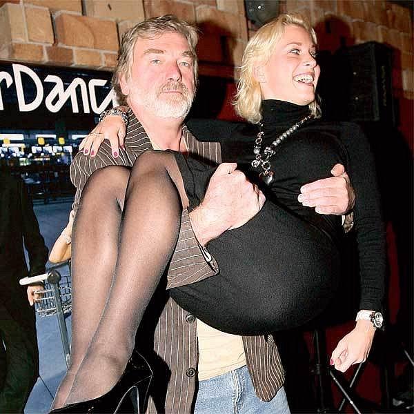 Vladimír Kratina sice neumí tančit, vzít partnerku do náručí mu ale naštěstí problém nedělá.