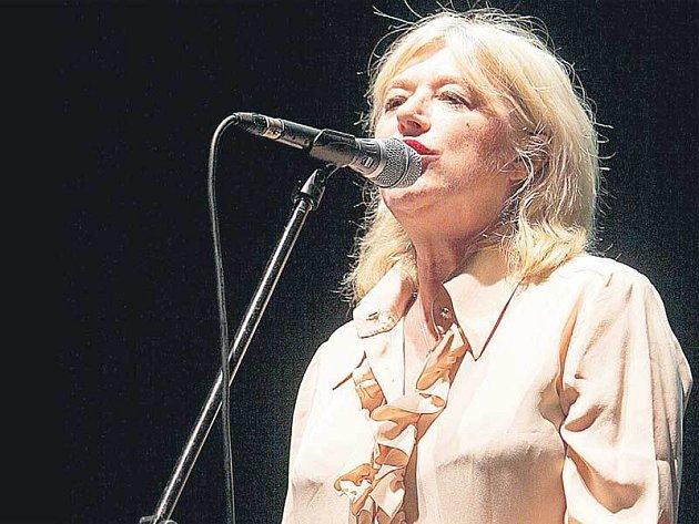 """Život Marianne Faithfull, to je řada skandálů. Na festivalu Colours of Ostrava se však """"bílá paní z anglického Hampsteadu"""" představila ve vynikající formě."""