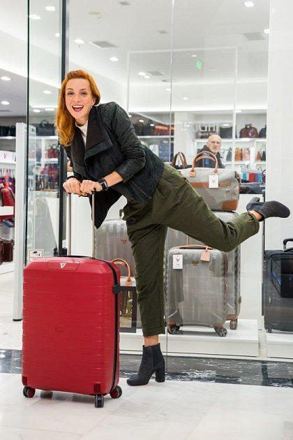 Herečka si umí svůj život zabalit světelnou rychlostí do jednoho kufru.
