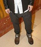 Jeho kalhoty poutaly pozornost...