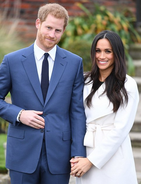 Princ Harry září vedle své lásky štěstím.