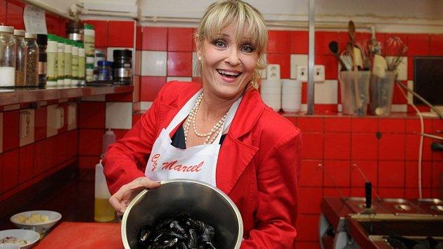 Herečka předvedla, že mezi její kuchařské dovednosti patří příprava mušlí...