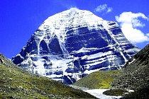 Předobrazem chrámu Kailás je stejnojmenná tibetská hora, nakterou se dosud nikdo neodvážil.