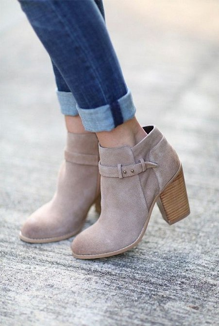 Kotníkové boty na nižším či vyšším podpatku se můžou nosit k sukni i kalhotům.