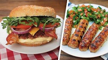 Burger se slaninou ačedarem a čevabčiči spetrželovým salátkem