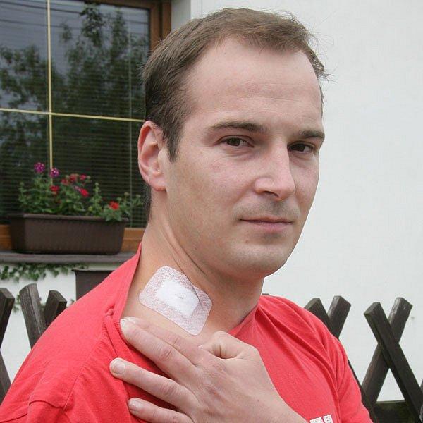Postřelený mladík Jaromír Dlouhý nám ukázal místo na krku, kudy kulka pronikla do těla. Měl neuvěřitelné štěstí. Střela nezasáhla žádné důležité orgány ani páteř či kosti.