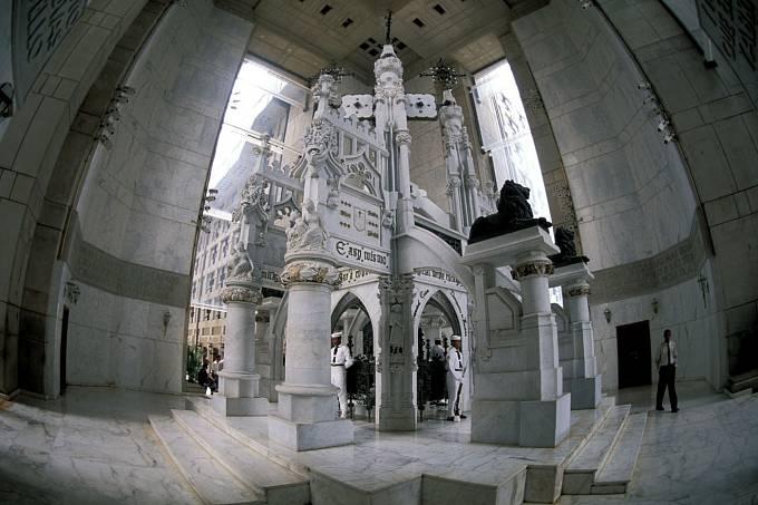 Kolumbův hrob uvnitř majáku.